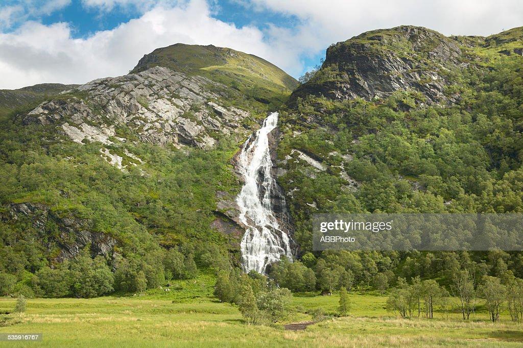 Paisaje escocés con cascada, bosque y las montañas : Foto de stock