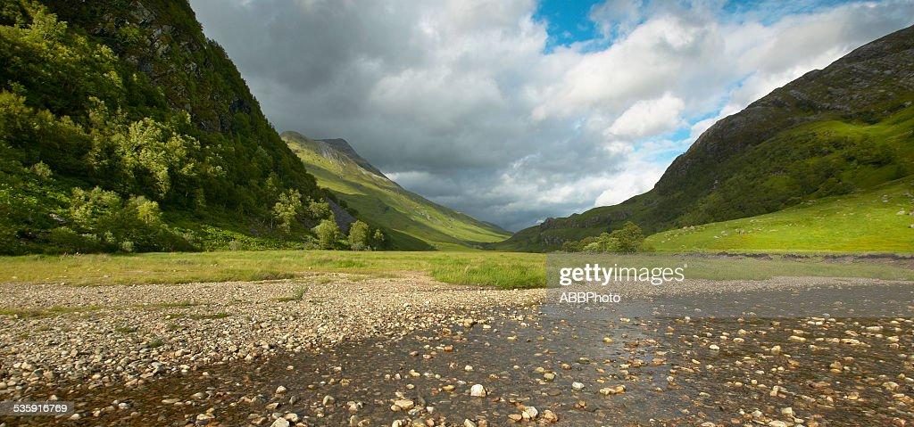 Paisaje escocés con valley, las montañas y al río : Foto de stock