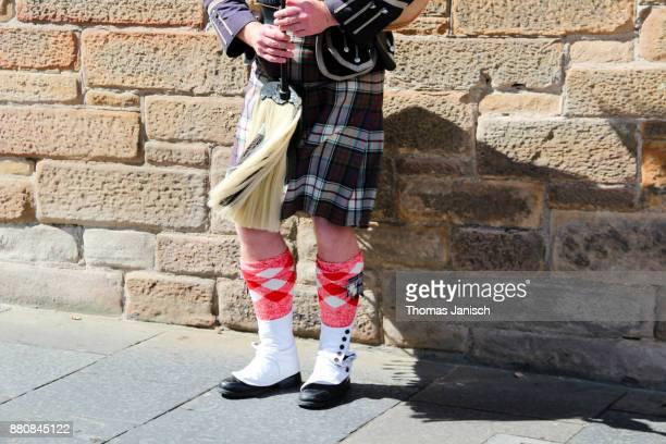 a scottish piper playing the bagpipes in edinburgh, scotland - cultura escocesa imagens e fotografias de stock