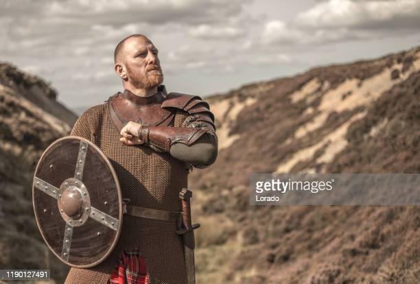 schottischer krieger trägt einen kilt - wikinger stock-fotos und bilder