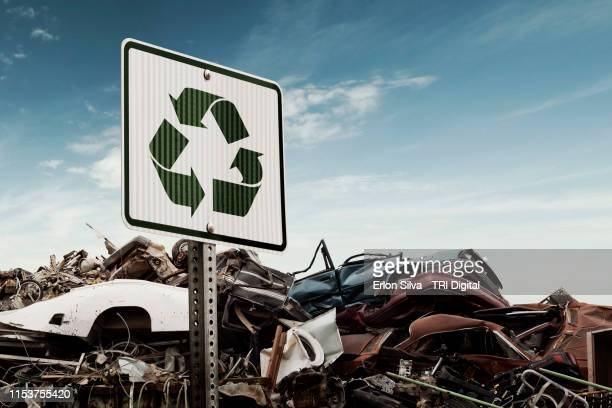 scrap metal recycling yard of crushed cars - vernieling stockfoto's en -beelden