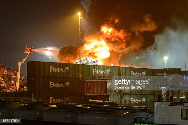 "scrapyard fire in an industrial area at night - ""sjoerd van der wal"" stockfoto's en -beelden"