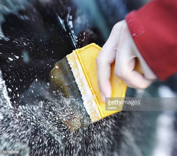 Kratzen Eis vom Auto Fenster