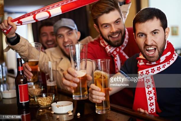 schreiende fans mit bier in der sportbar - club football stock-fotos und bilder