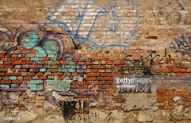 scribbled brick wall - muur stockfoto's en -beelden