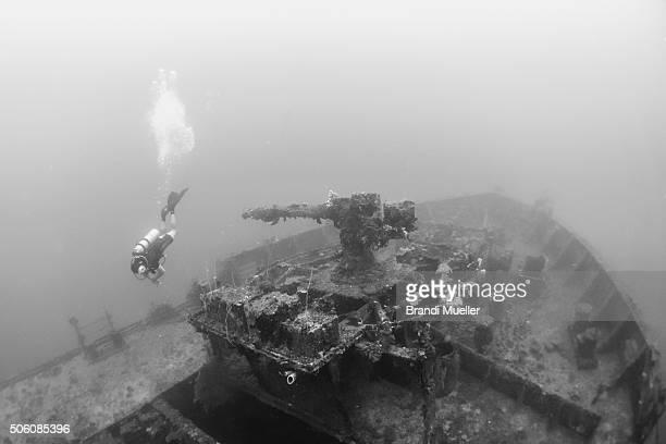scuba diver on the san francisco maru - lagon chuuk photos et images de collection
