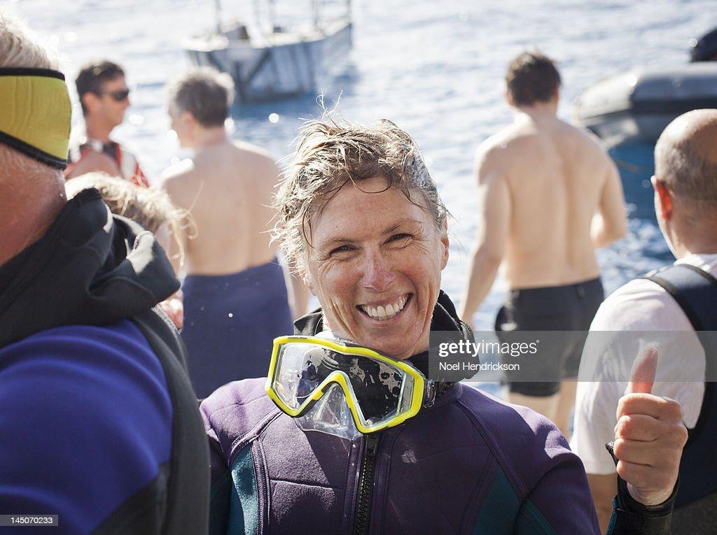 A scuba diver smiles right after her ocean dive : Foto de stock