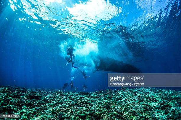scuba divers in sea - submarine stock pictures, royalty-free photos & images