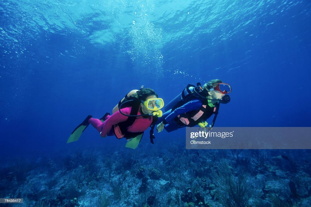 Scuba divers over shallow reefs , Caribbean : Stockfoto