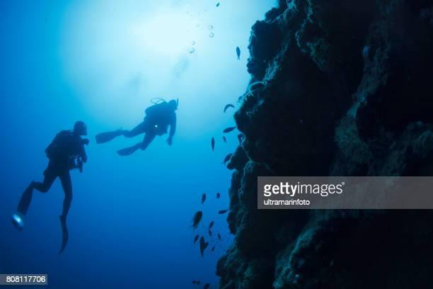 scuba diving abenteuer.  zwei mann scuba diver, tauchen in das meer. unterwasser, türkisfarbenen lagune, freude in das kristallklare meer.  leben im meer. strand am mittelmeer. sommer. griechenland, griechische insel. - sporttauchen stock-fotos und bilder