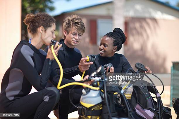 scuba diving instructor demonstrating oxygen masks to pupils - aqualung diving equipment stock pictures, royalty-free photos & images