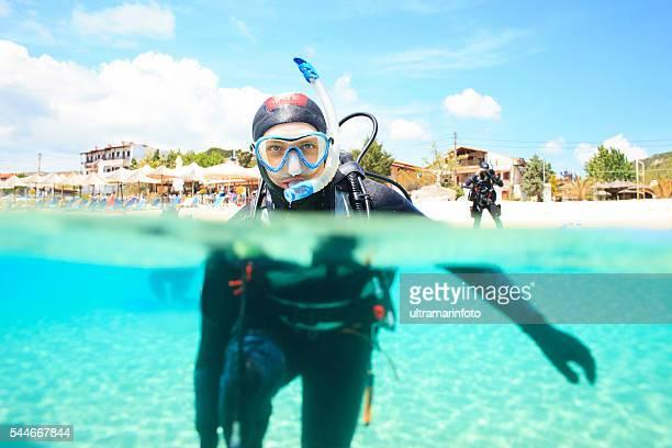 La plongée sous-marine plongée sous-marine dans le lagon bleu