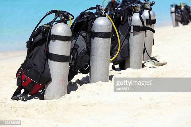 Scuba-tanks auf den Strand