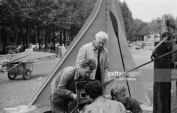 Sculptor Alexander Calder Makes A Mobile For The Palace Of Unesco A Paris devant le palais de l'UNESCO Alexandre CALDER au centre supervisant des...