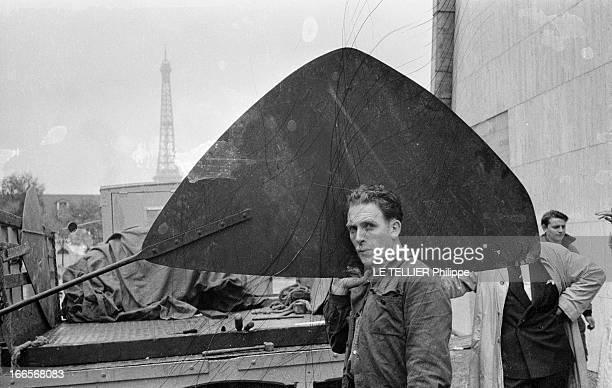 Sculptor Alexander Calder Makes A Mobile For The Palace Of Unesco A Paris devant le palais de l'UNESCO un ouvrier tenant sur l'épaule une pale du...