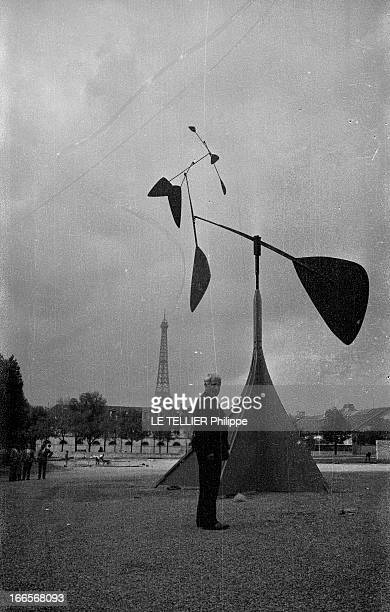 Sculptor Alexander Calder Makes A Mobile For The Palace Of Unesco A Paris sur la pelouse du palais de l'UNESCO portrait d'Alexandre CALDER posant...