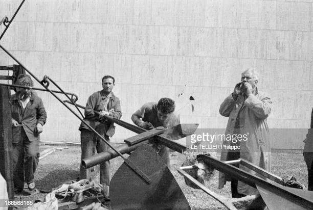 Sculptor Alexander Calder Makes A Mobile For The Palace Of Unesco A Paris devant le palais de l'UNESCO près d'ouvriers effectuant une soudure sur une...