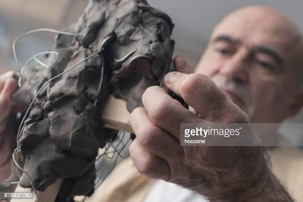 彫刻家は、粘土彫刻を作成します。 - 彫刻家 ストックフォトと画像