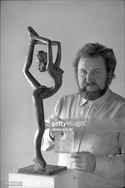 sculptor Ernst Ghenzi with sculpture of Denise Biellmann 1981