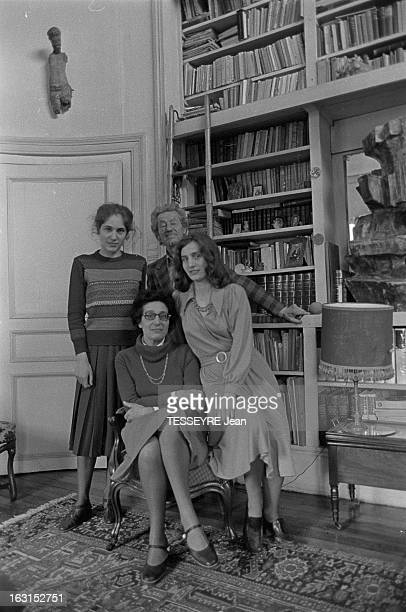 Sculptor Karl Longuet At Home Petitfils de Karl Marx en compagnie de sa femme Simone et des ses filles Frédérique et Anne