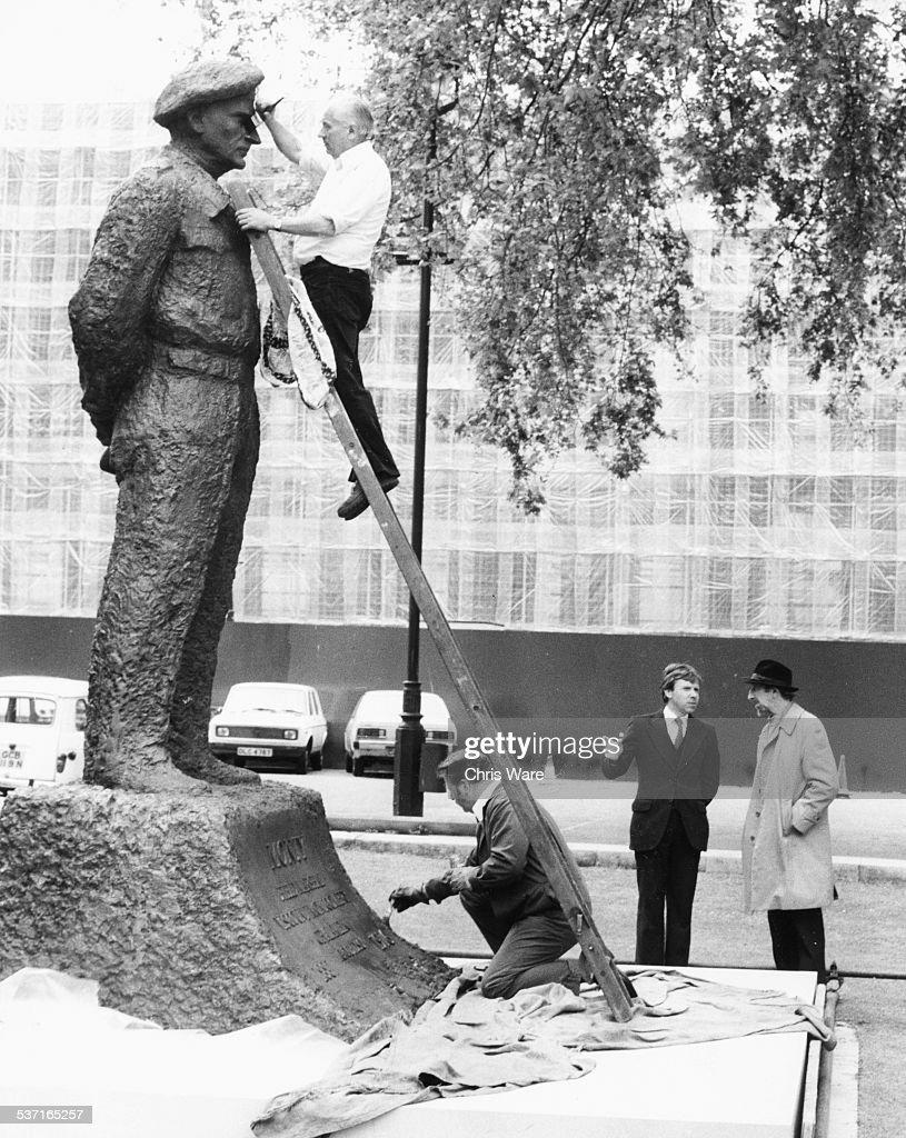 Field Marshal Montgomery And Oscar Nemon : News Photo