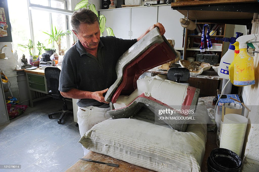 Sculptor Wolfgang Zuehlke removes a repl : Foto di attualità
