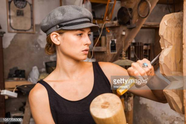 sculptress carving wooden figure - bildhauer stock-fotos und bilder