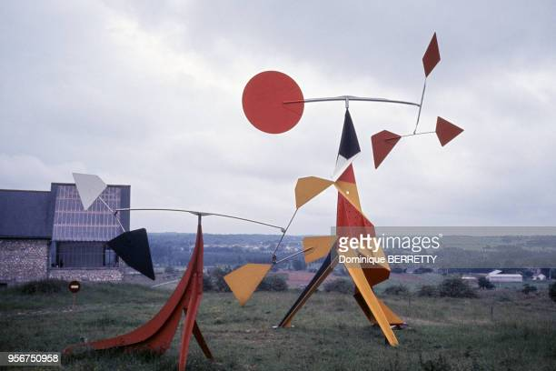 Sculpture d'Alexander Calder devant sa maison à Saché en juin 1973 en IndreetLoire France