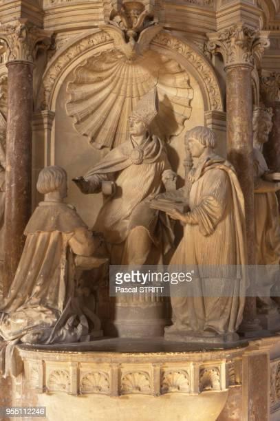 Sculpture du baptême de Clovis dans la basilique SaintRemi de Reims dans la Marne France