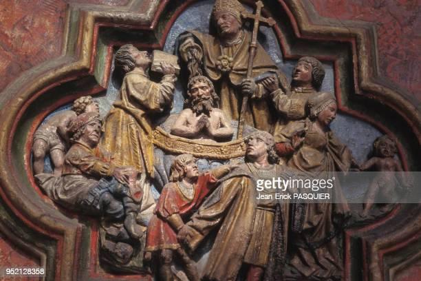 Sculpture en basrelief de la cathédrale NotreDame dAmiens représentant le baptême de SaintFirmin dans la Somme en 1995 France