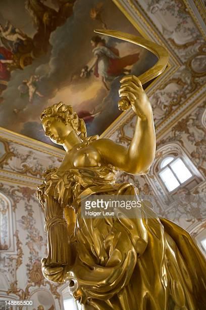 sculpture in peterhof grand palace. - grand palais de peterhof photos et images de collection