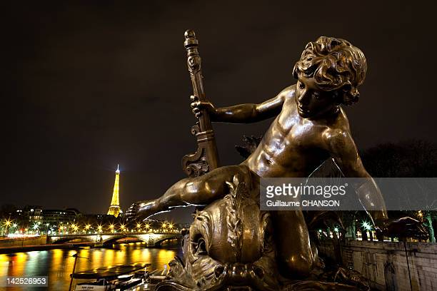 sculpture of l'enfant au poisson fantastique - enfant stockfoto's en -beelden