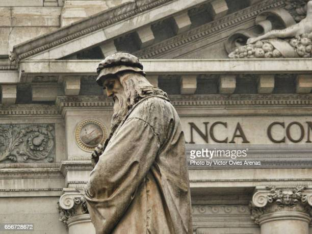 sculpture of leonardo da vinci at the scala square in milan, italy - leonardo da vinci stock-fotos und bilder
