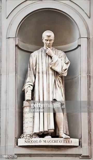 彫刻のニッコロマキャベリ外は、ウフィッツィ美術館、フィレンツェ - philosopher ストックフォトと画像