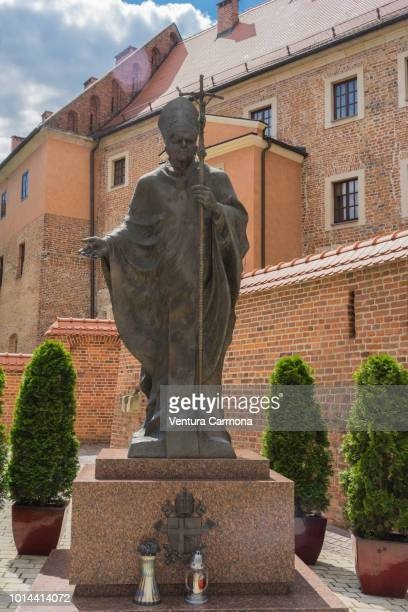 sculpture of pope john-paul ii in kraków, poland - kraków ストックフォトと画像