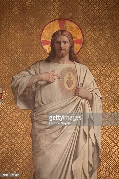 sculpture showing jesus's sacred heart in saint joseph des nations church - religion photos et images de collection