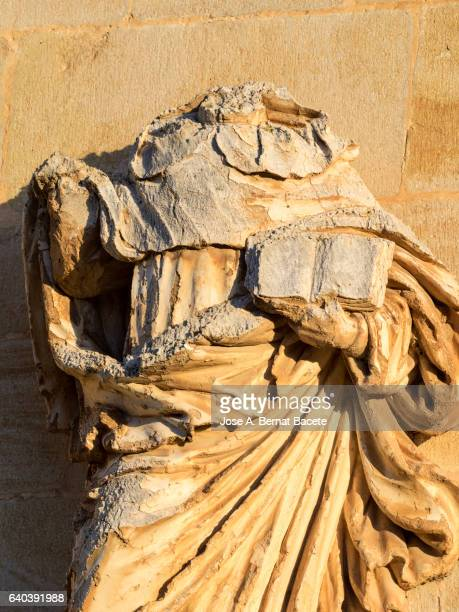 sculpture without head of the apostle san paul in the front of a abandoned  church - decapitado fotografías e imágenes de stock