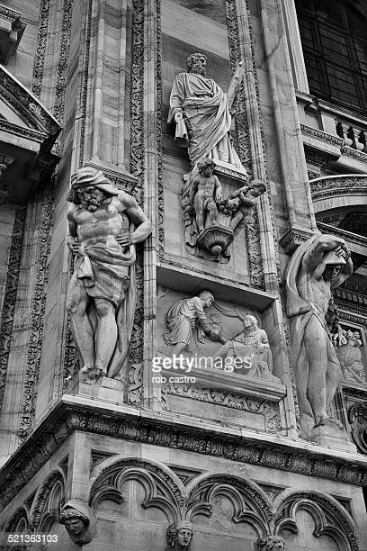 sculptures on wall of duomo di milano - rob castro stock pictures, royalty-free photos & images