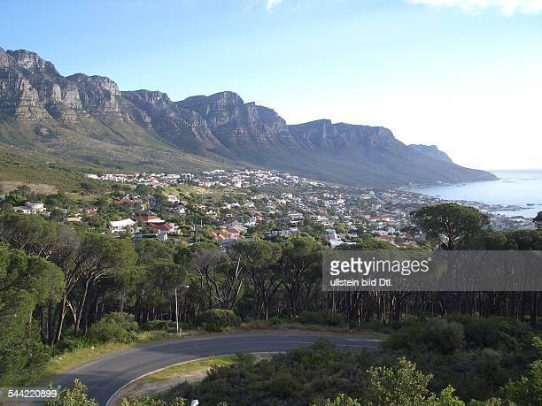 Südafrika / Western Cape / Kap HalbinselBlick über Camps Bay dahinter die Bergkette der 'Zwölf Apostel'