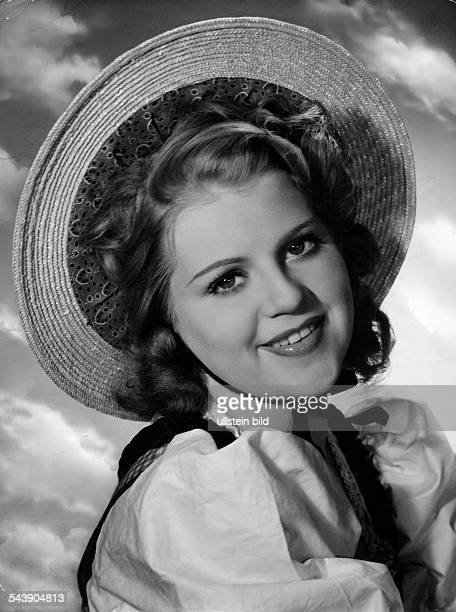 Söderbaum Kristina Actress Sweden* portrait with a straw hat 1939 Photographer Karl Ludwig Haenchen Published by 'Koralle' 17/1939Vintage property of...