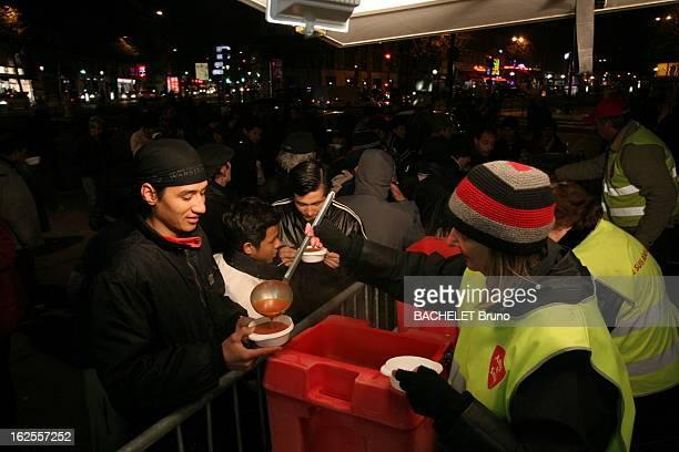 The New Poor Les nouveaux sans abris travaillent mais n'ont pas les moyens de se trouver un logement bénévoles de l'Armée du salut distribuant de la...