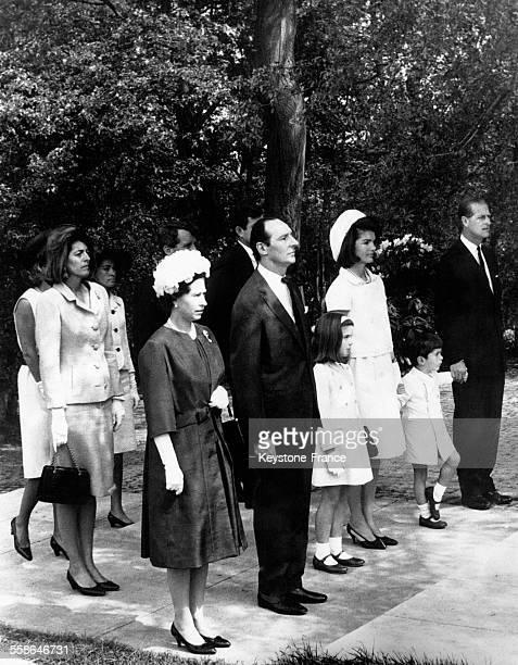 Se tenant devant le Mémorial, la Reine Elizabeth, Lord Harlech, président du Kennedy Memorial Trust, Jacqueline Kennedy et ses deux enfants Caroline...