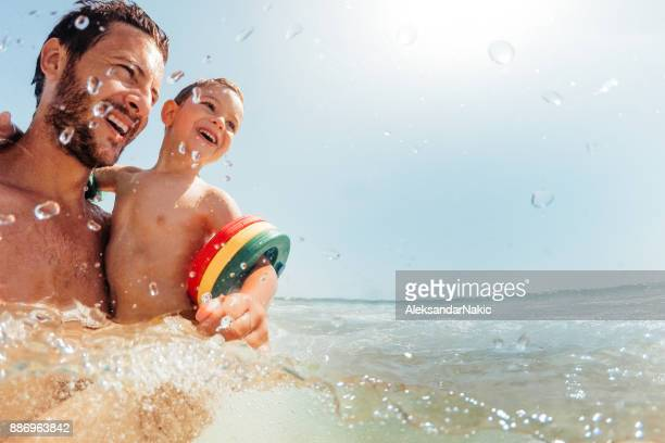 mar bañarse con mi papá - cerdeña fotografías e imágenes de stock