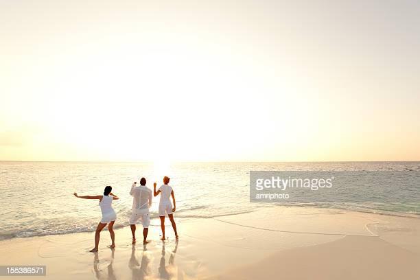 El mar y playa puesta de sol personas