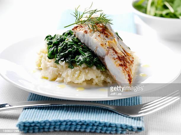 sea bream with spinach and parsnip mash - stampen voedselbereiding stockfoto's en -beelden