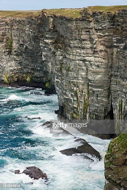 falaises de la mer au marwick tête, orcades - theasis photos et images de collection