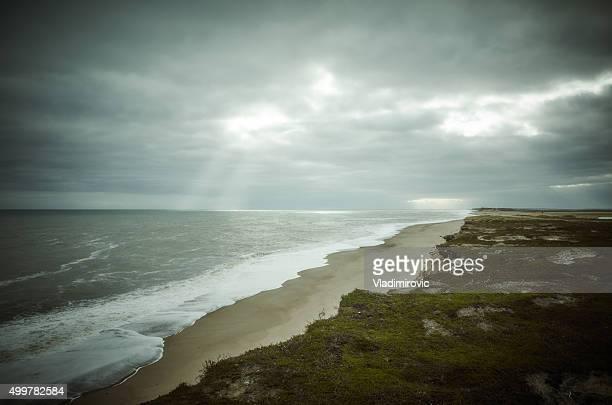 Playa de la costa del mar de cielo nubes