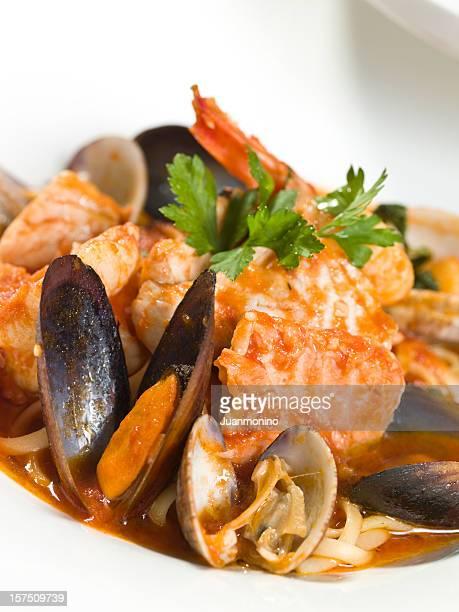 Mariscos pescados y pastas con almejas