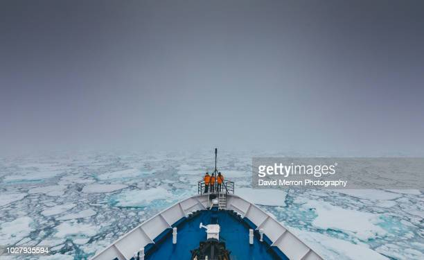 sea ice edge - watervaartuig stockfoto's en -beelden