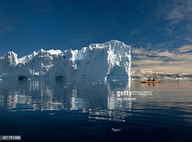 sea kayaking in the antarctic - straat drake stockfoto's en -beelden